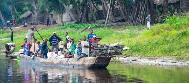 Une pirogue chargée de passagers et de vélos sur le fleuve Congo