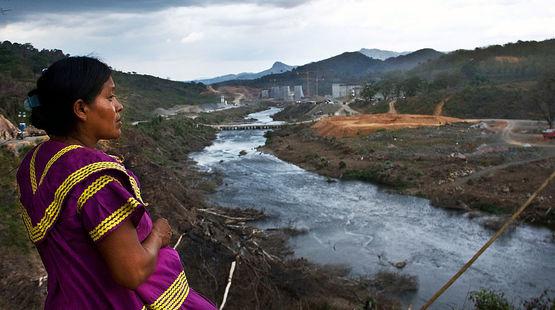 Une Indienne Ngäbe Buglé observe au loin le chantier de la centrale hydroélectrique de Barro Blanco au Panama