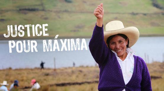 Avec ses terres et le lagon bleu en arrière plan, Máxima Acuña de Chaupe,  coiffée du chapeau traditionnel des agriculteurs péruviens nous salue le bras en l'air et le pouce tendu vers le ciel.