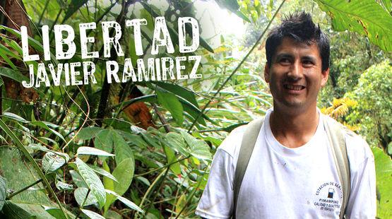 Javier Ramirez au milieu de la forêt de nuages dans la vallée de l'Intag en Équateur