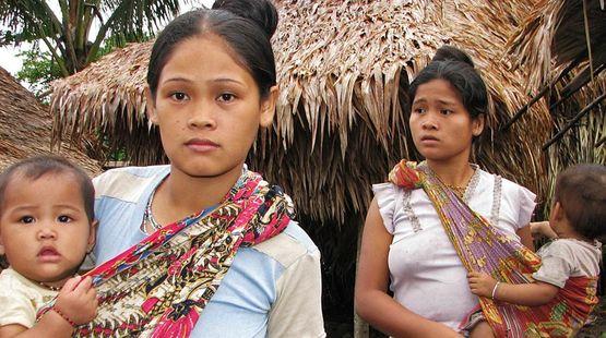 Deux femmes autochtones et leurs enfants nous regardent avec inquiétude