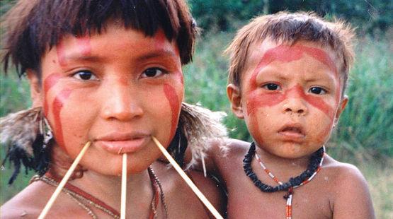 Une indigène Yanomami avec son enfant