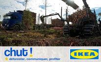En haut : photo - dans un paysage déboisé une abatteuse, au premier plan, charge un camion de troncs d'arbres. En bas : sur fond blanc, logo de IKEA à droite, à gauche en gros le mot « CHUT ! »  et en dessous les mots « déforester, communiquer, profiter »